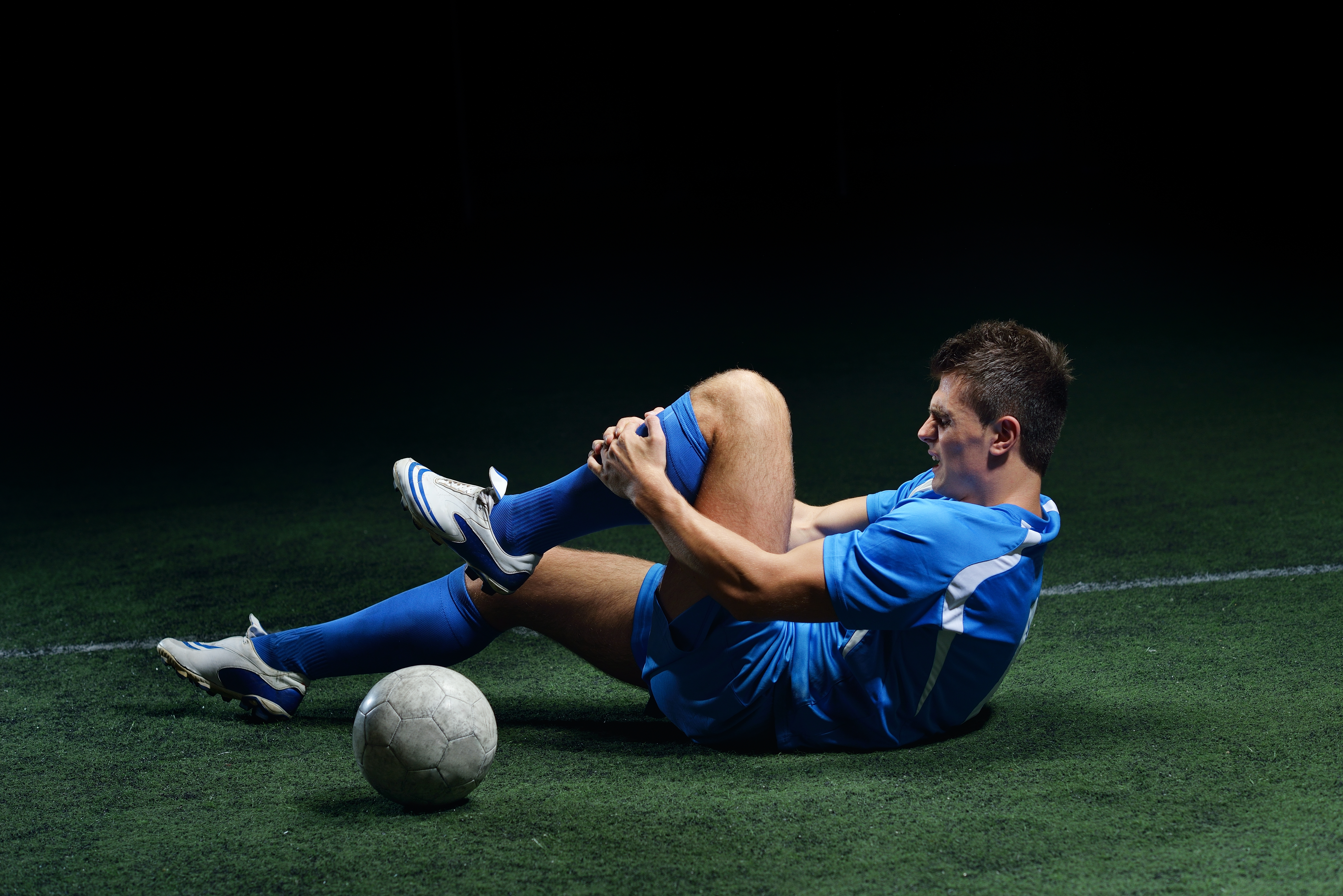 bigstock-soccer-player-have-pain-injury-38905792